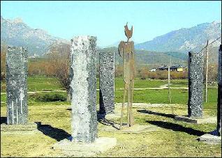 Monumento a los masacrados en el Pozo Grajero, entre Lario y Polvoredo, de donde eran los asesinos fascistas que sacrificaron a los Maestros de Burón.