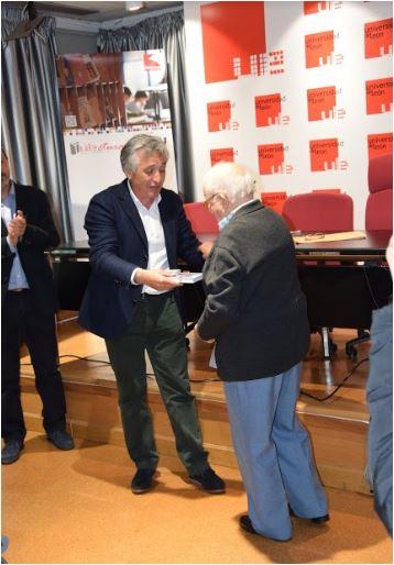 Obsequio de reconocimiento de D. José Cobo en agradecimiento a los organizadores. Recoge el premio en nombre de todos D. Santiago Asenjo, director de la Biblioteca Universitaria:-)