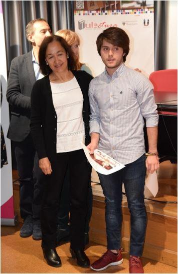 Concurso de Microrrelatos. Comunidad Universitaria. Primer premio: Jaime Doyague Hernández. Entrega el premio: Dña. Ana Isabel García, Vicerrectora de Estudiantes
