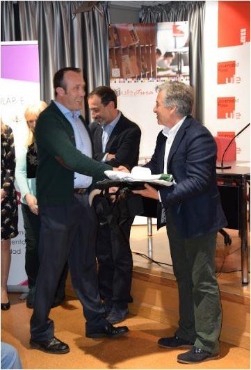 Concurso de Microrrelatos. Comunidad Universitaria. Accésit 2º: Jonatán Rodríguez Cabaleiro. Entrega el premio: D. Santiago Asenjo, director de la Biblioteca Universitaria