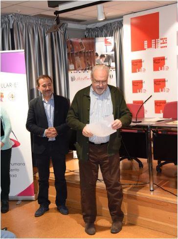 Concurso de Microrrelatos. Comunidad Mayores. Accésit 1º: José Antonio Vallejo Aller. Entrega el premio: D. Alfredo Labarta, director del SAULE