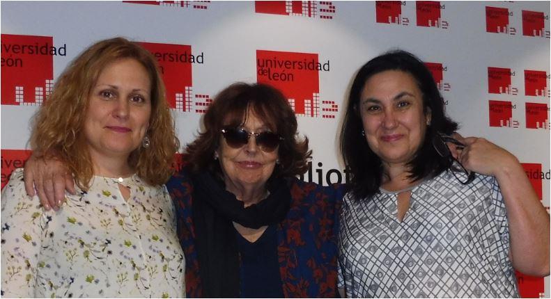Cristina Fernández Cubas (centro) en el Club de Lectura de la Universidad de León.