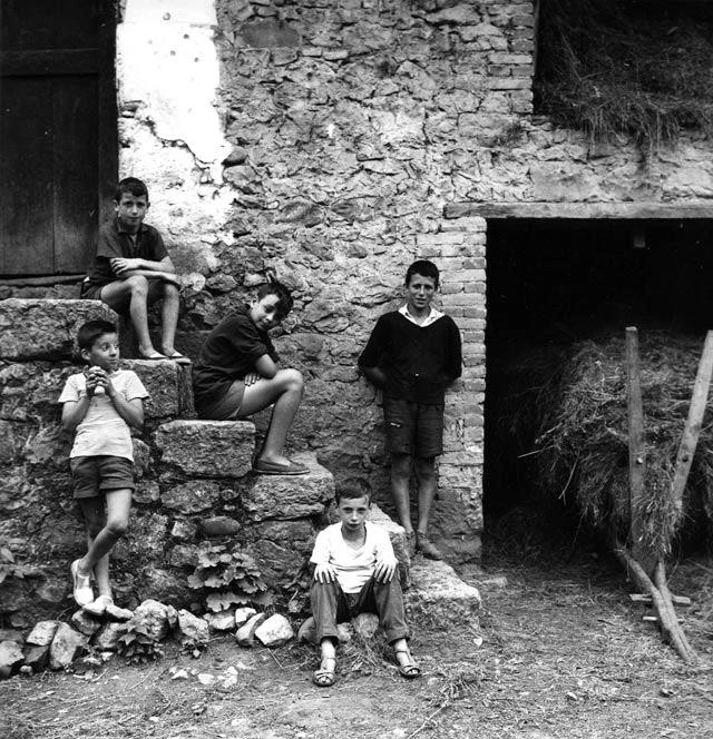 Gabriel Cualladó: Retrato de niños en la escalera II, 1960